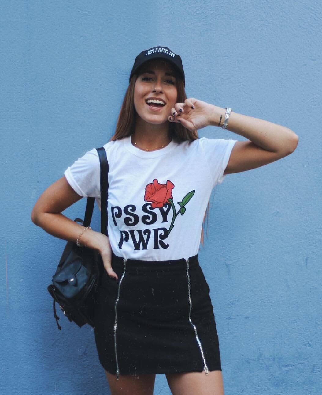 Look de falda negra y camiseta gráfica de Paula Gonu.