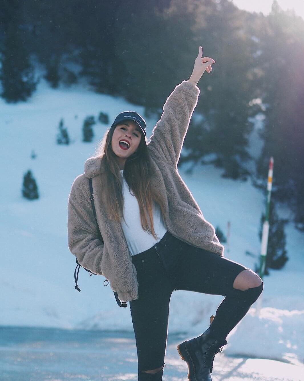 Look de invierno en blanco, negro y marrón.