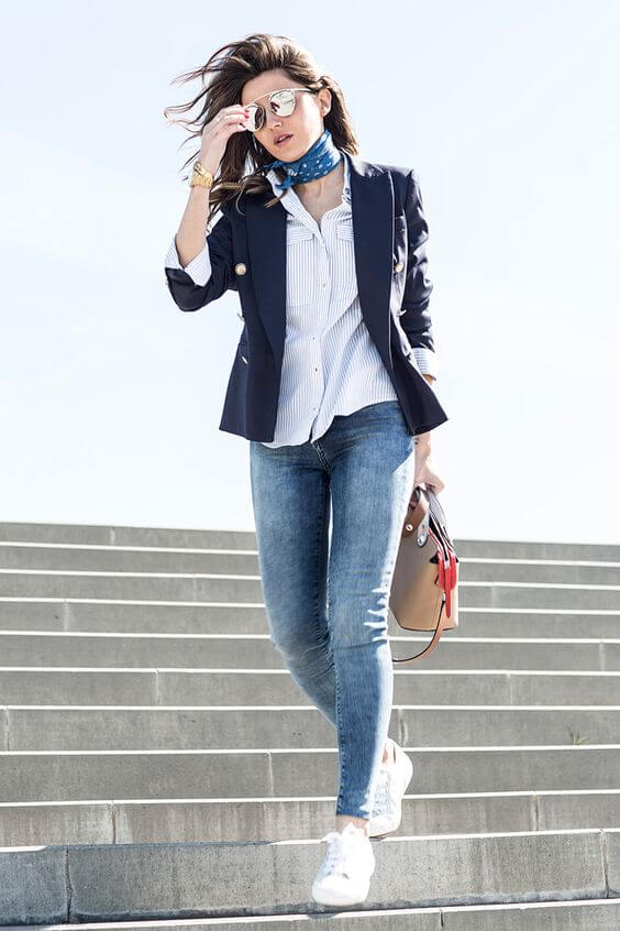 Outfit con vaqueros, deportivas y blazer