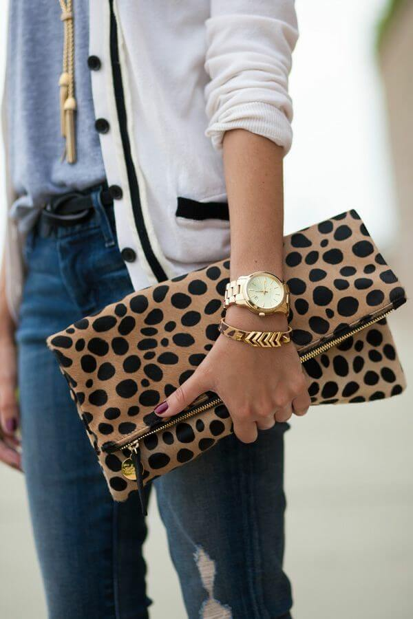 Bolso de mano con estampado animal.