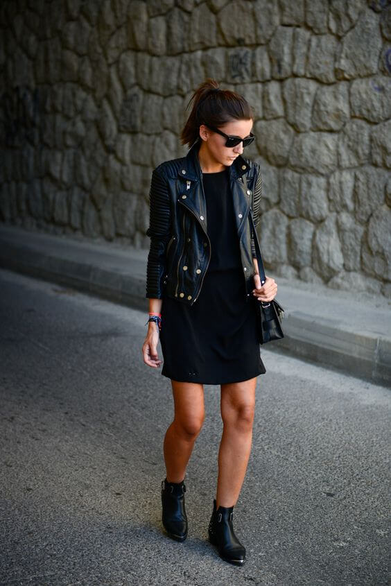 Total black look de vestido y botines de tobillo.
