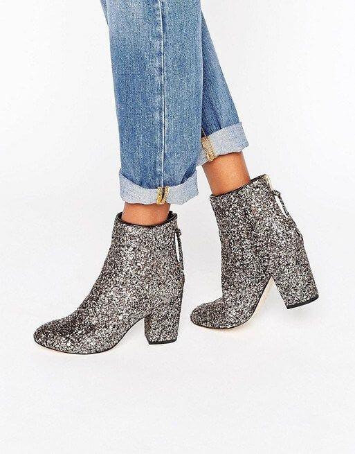 Tacones tipo bota con glitter en color plata.