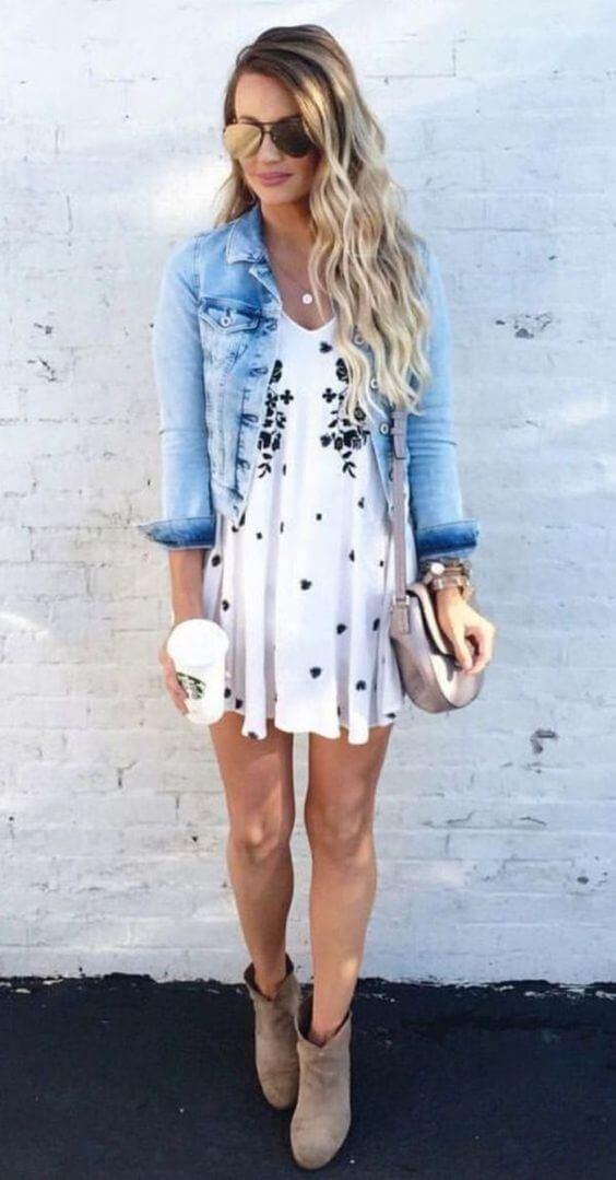 Chica con vestido boho en blanco y chaqueta vaquera.