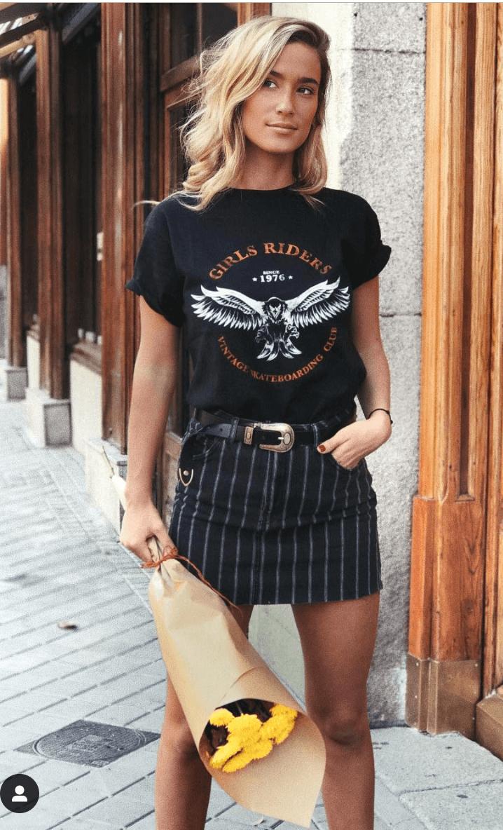 María Pombo con falda negra camiseta rider y flores