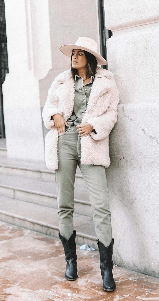 marta lozano pantalón y blusa caqui, abrigo de borreguito y botas cowboy