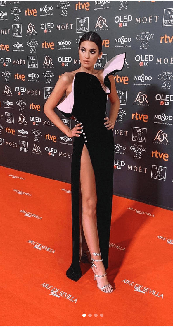 Marta Lozano en un vestido de gala negro con rosa.