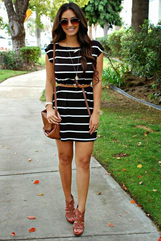 Chica con vestido de algodón a rayas.