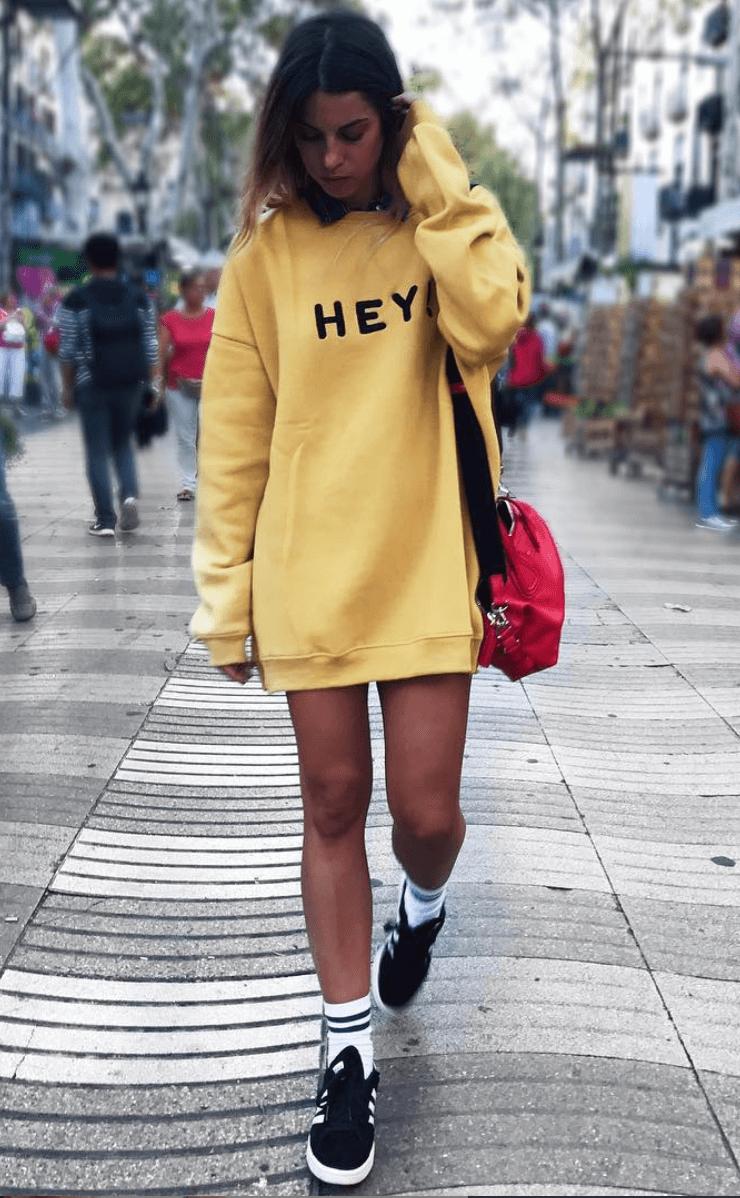 marta riumbau sudadera amarilla y deportivas