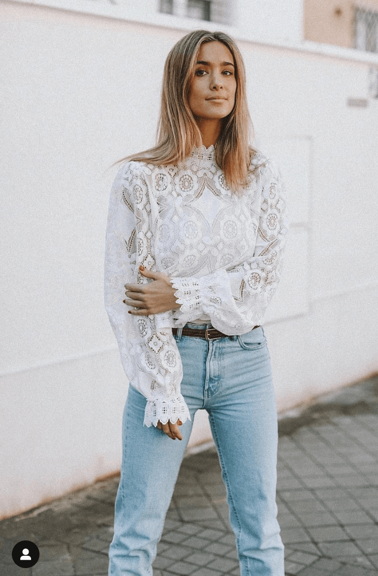 maria pombo jeans y blusa blanca