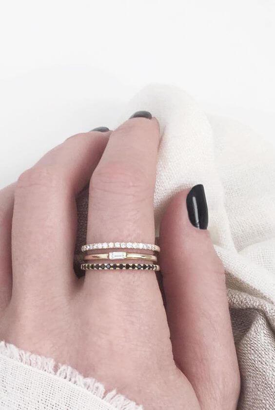 Combinación de anillos en un mismo dedo.