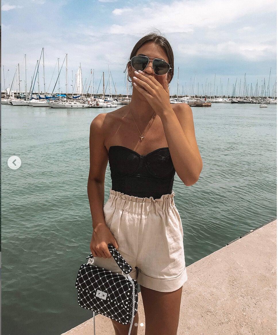 Marta Lozano pantalon corto blanco y bustier negro.