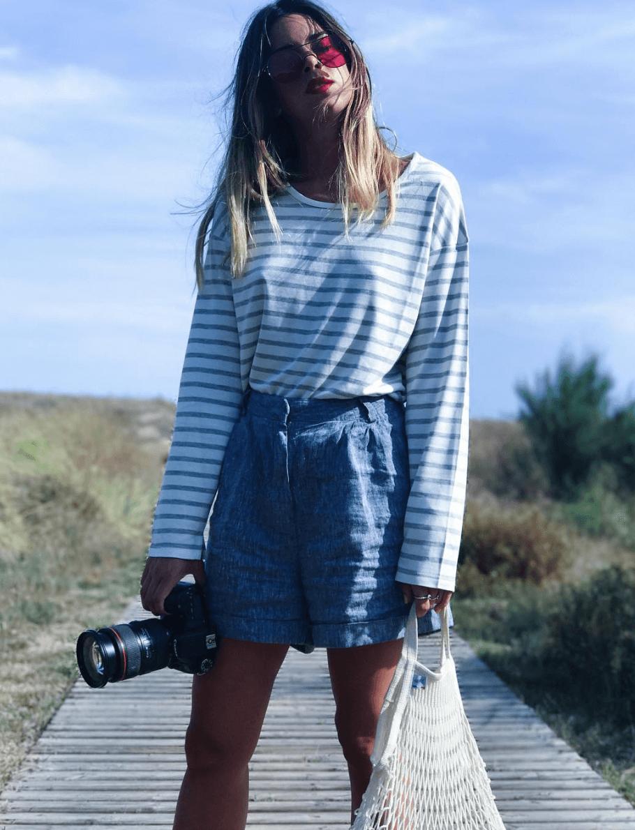 marta riumbau con shorts denim y camiseta a rayas