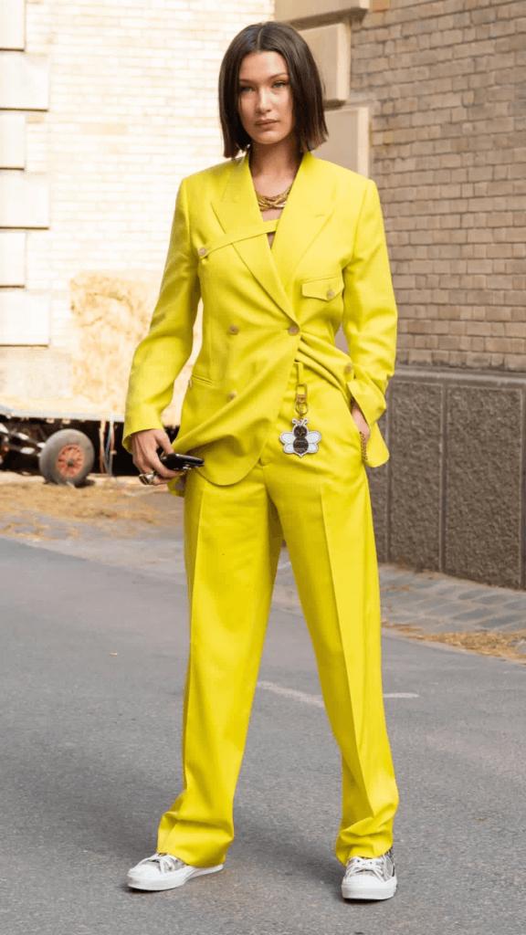Bella Hadid con un traje amarillo limón.