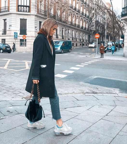 Claudia Parras con maxi abrigo negro
