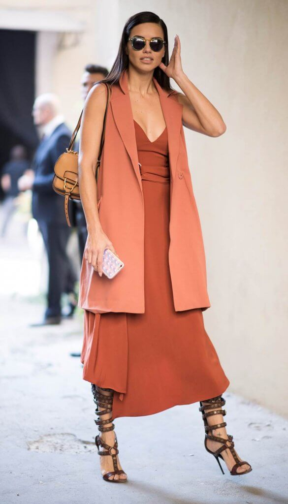Adriana Lima con un outfit en living coral opaco.
