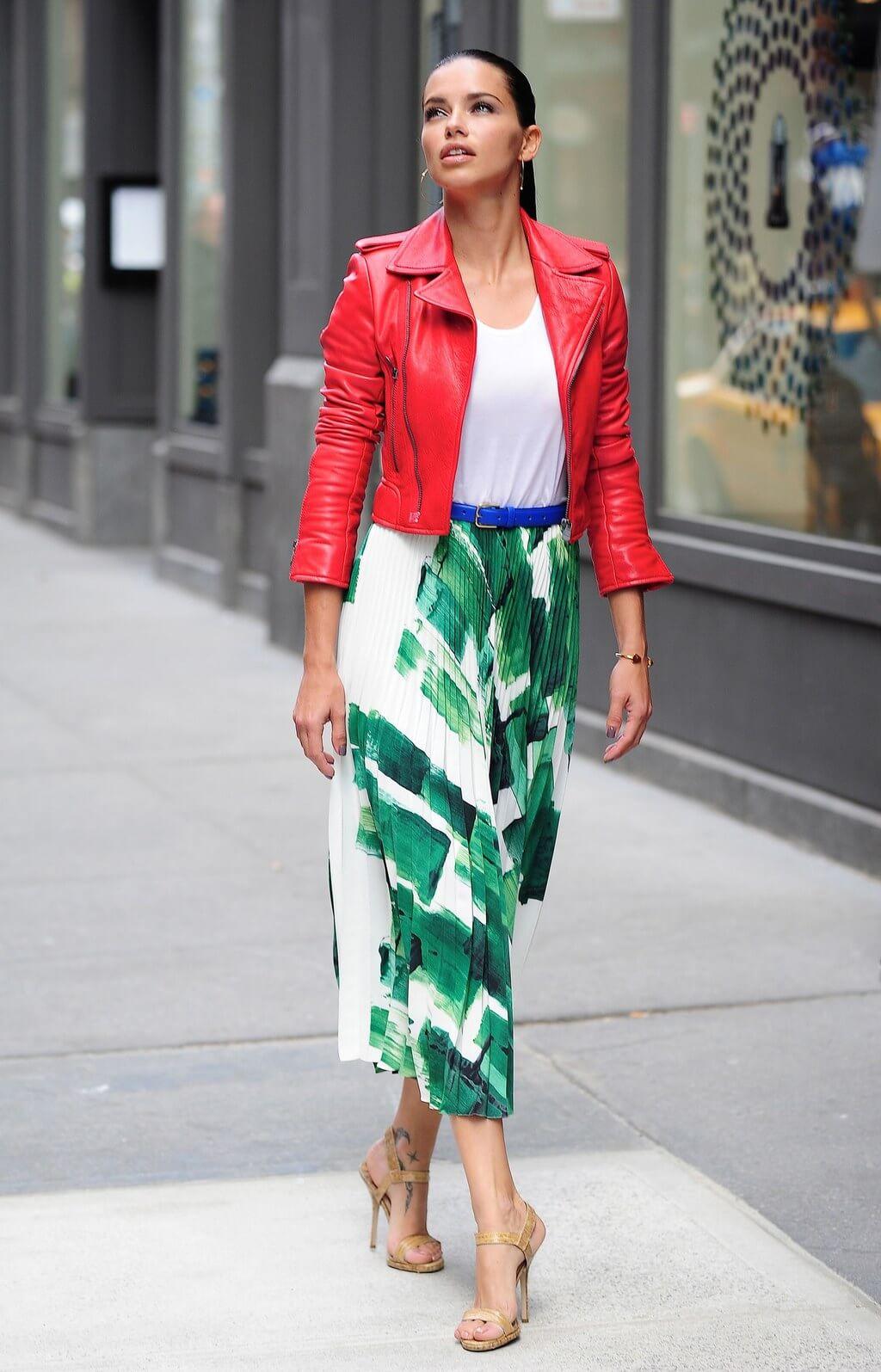 Adriana en un conjunto de chaqueta y falda.