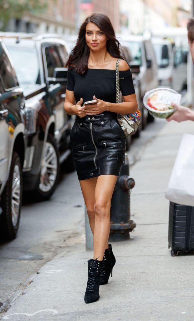 Total black look de falda de cuero.