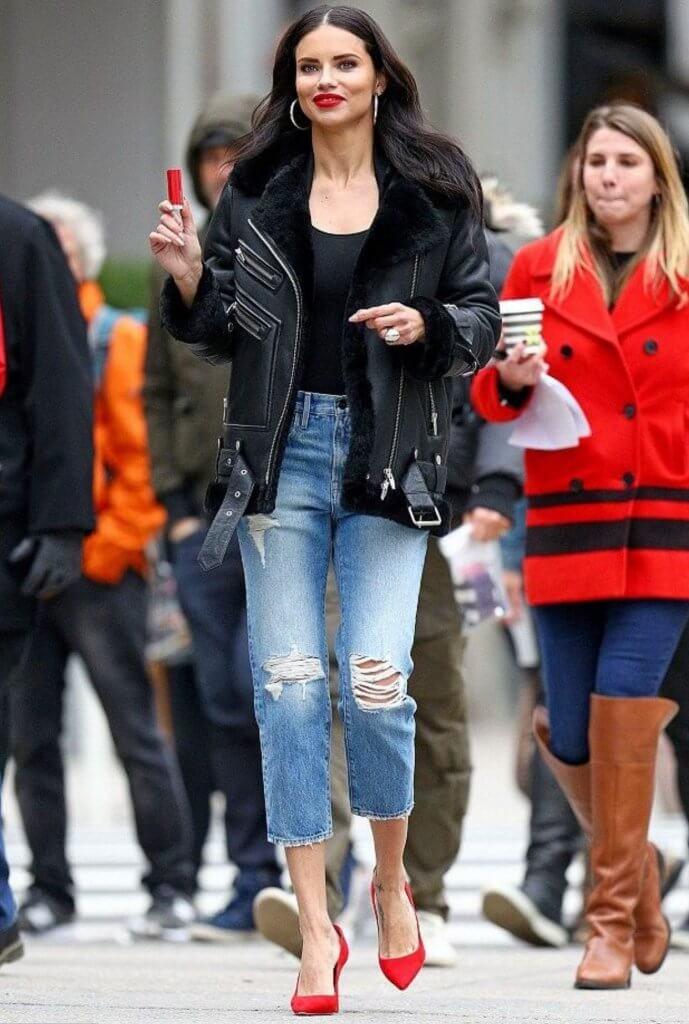 Adriana en un look rockero, casual.