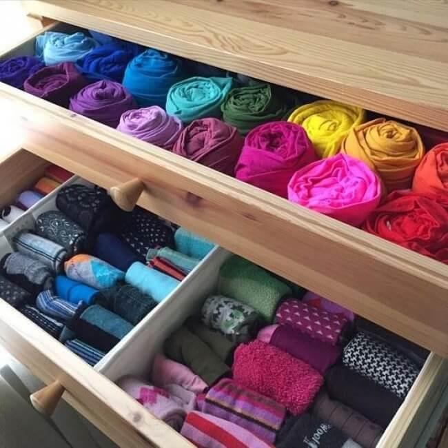 Trucos para ordenar el armario: enrrollar la ropa para evitar arrugas