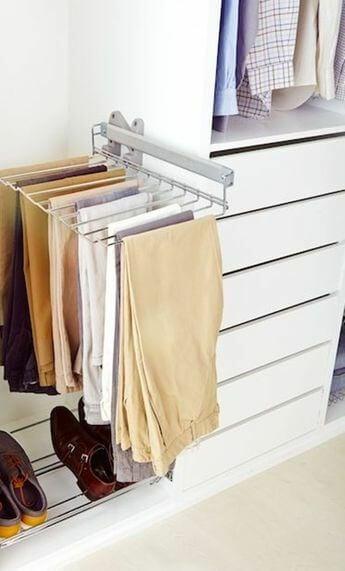 Trucos para ordenar el armario: adecuar una barra extensible para ganar espacio.