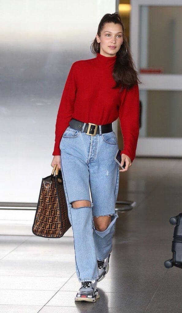 La hermana de Gigig Hadid con un jersey rojo y vaqueros holgados.