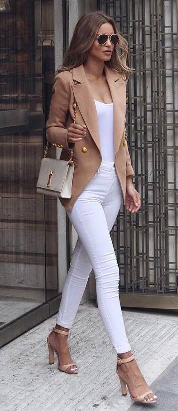 Look en beige y blanco.