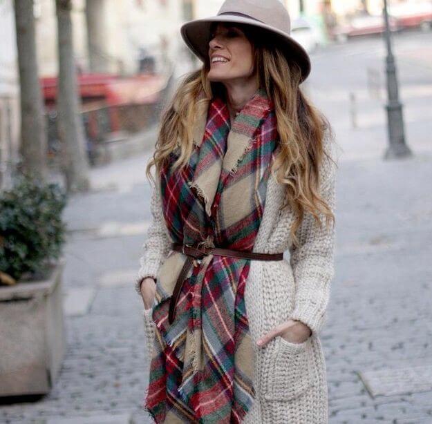 Outfit de otoño, estilo casual con sombrero y bufanda.