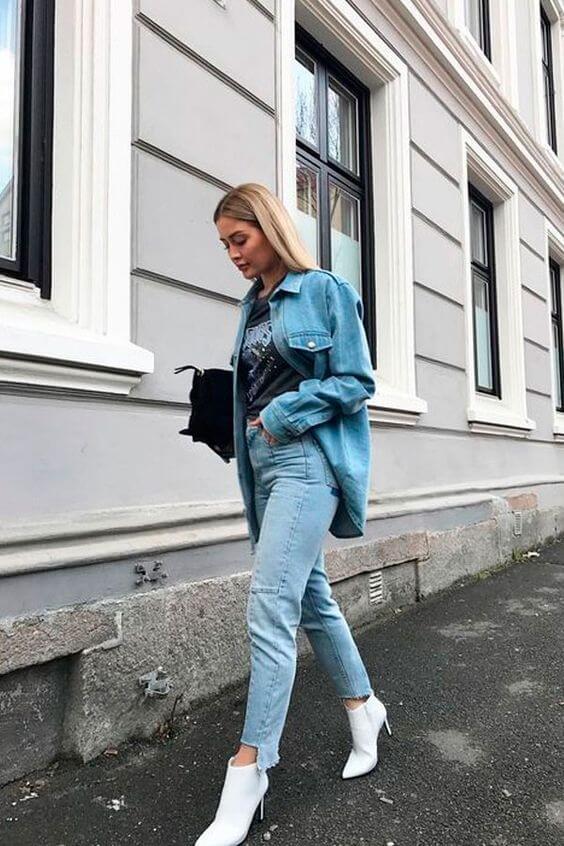 Outfit en street style con zapatos de tacón tipo bota.