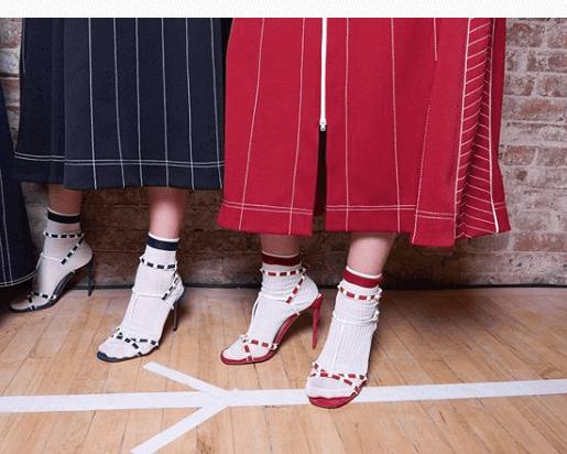 Valentino apuesta por las sandalias con calcetines