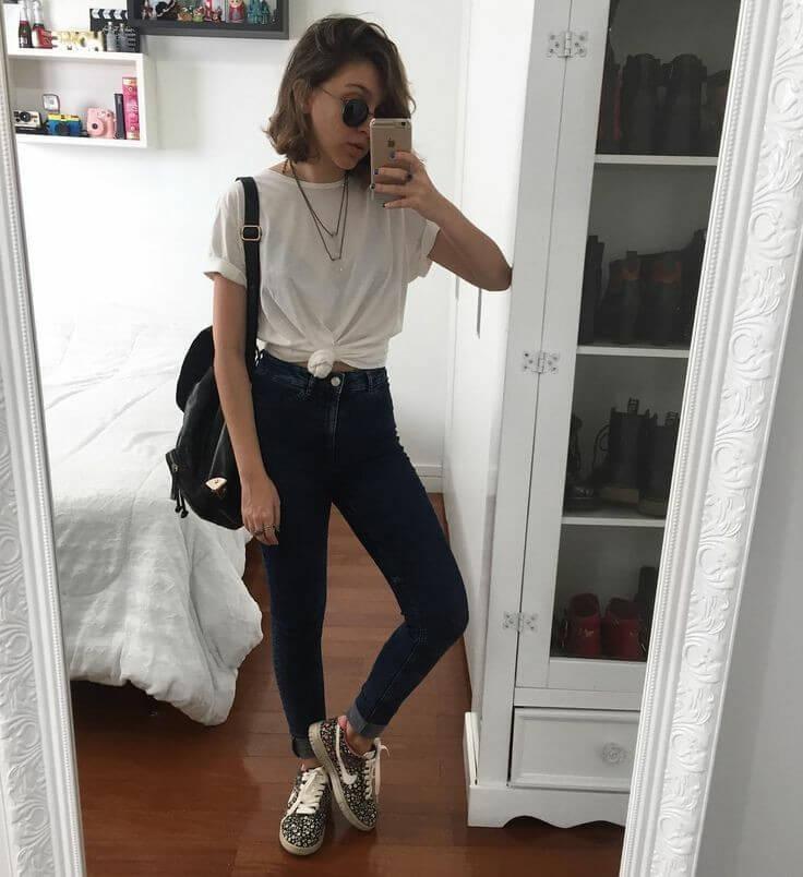 Las camisetas blancas son prendas básicas que no pasan de moda.
