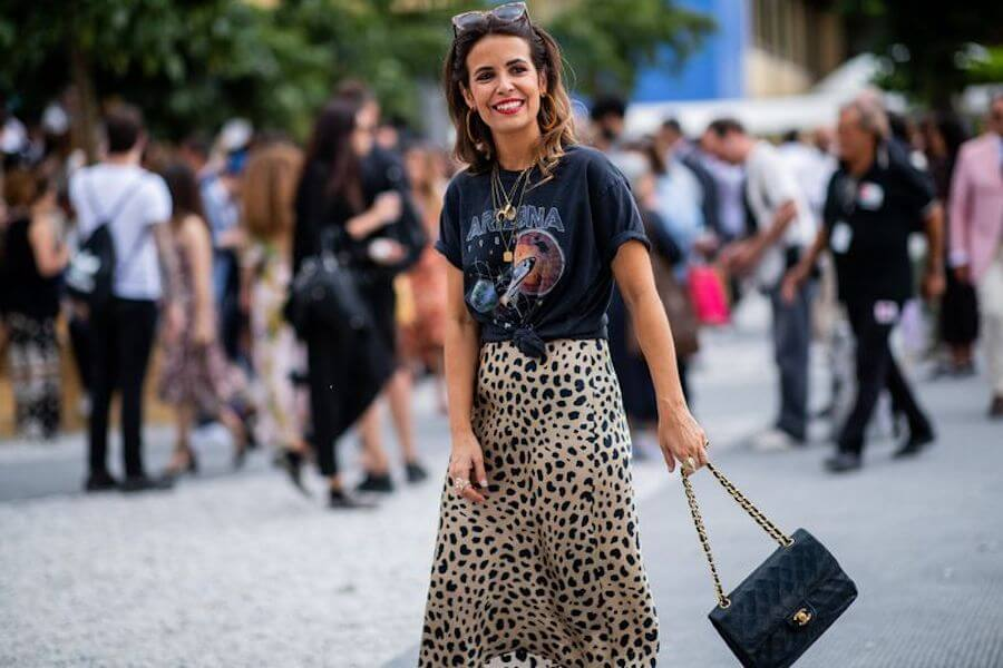 Collage Vintage con falda midi de leopardo y camiseta rockera