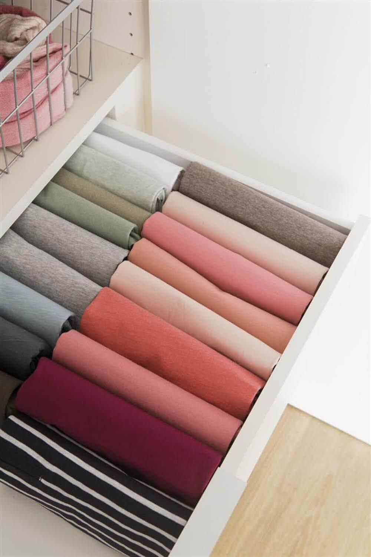 Trucos para ordenar el armario: guardar las camisetas de forma vertical
