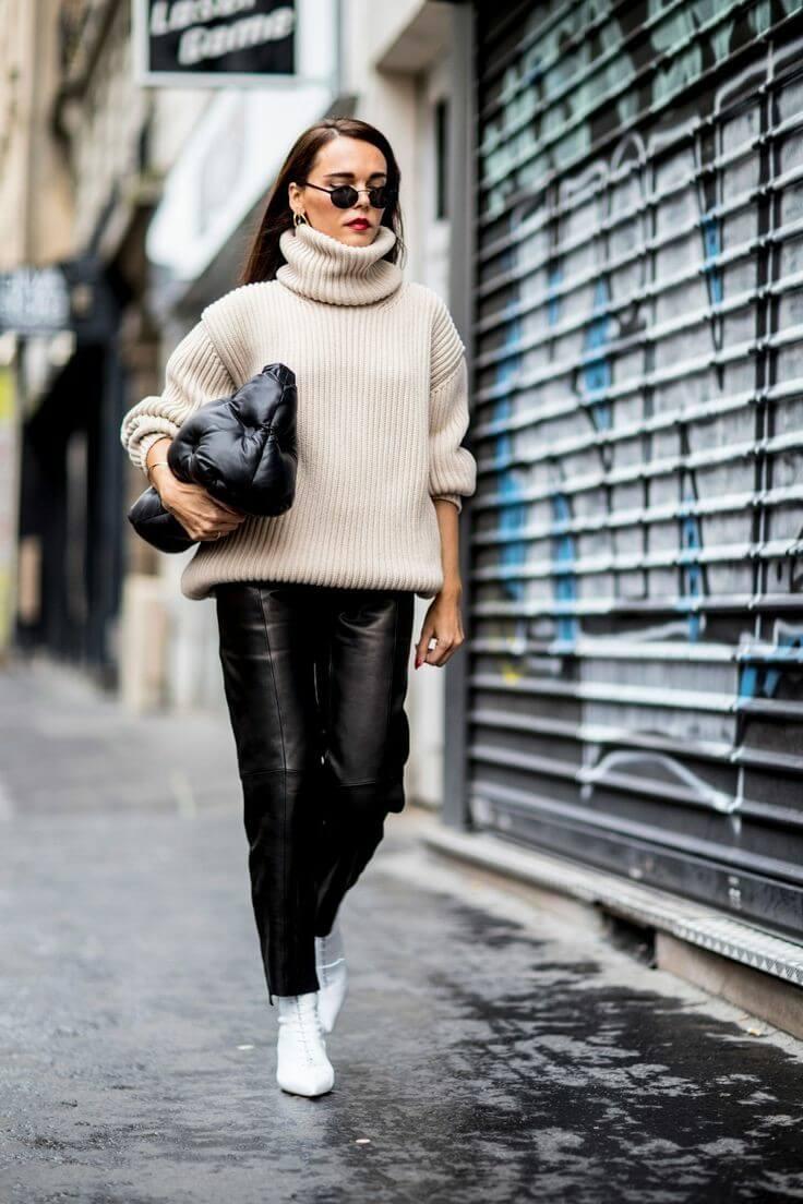 Jerséy de canalé y pantalones de cuero: un look genial.