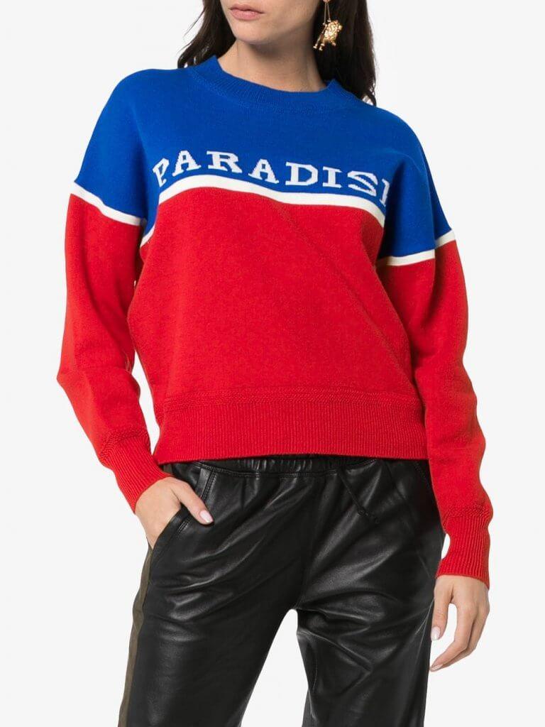 Modelo Kepson en rojo, azul y blanco.