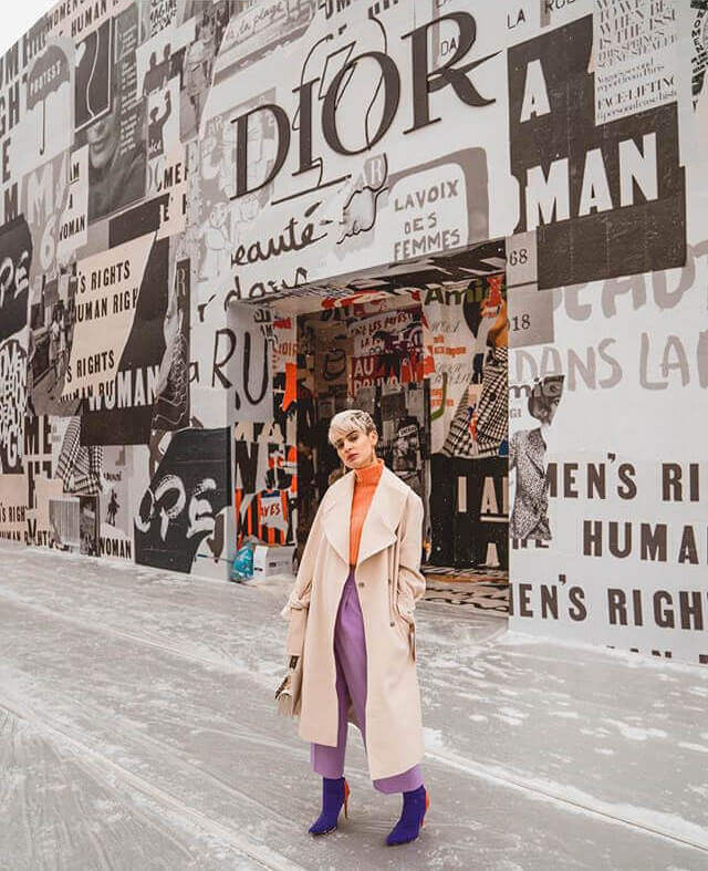 Laura Escanes con un look muy colorido.