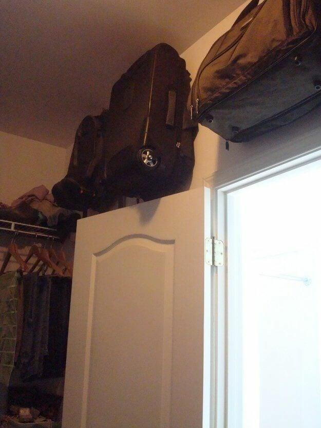 Trucos para ordenar el armario: colocar las maletas en la parte superior