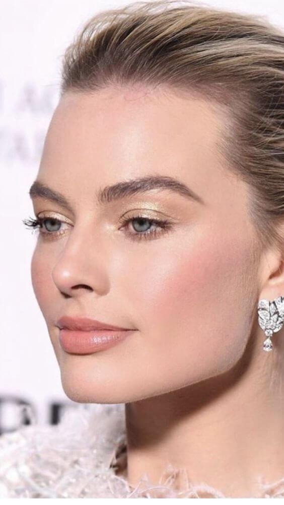 Chica con maquillaje natural para comunión.