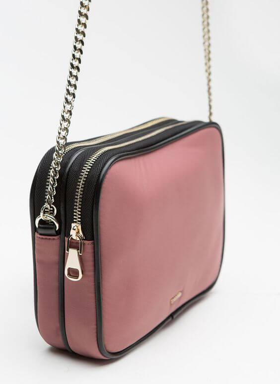 Los bolsos pequeños tienen todo tipo de formas, colores y materiales.