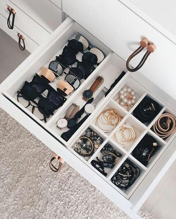 Trucos para ordenar el armario: usar bandejas para la joyería