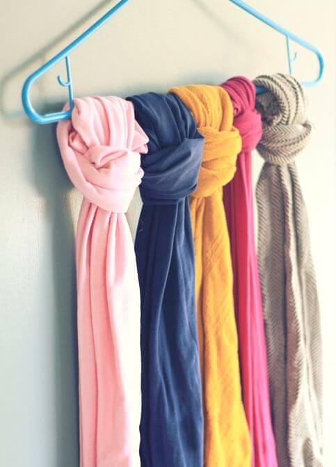 Trucos para ordenar el armario: usar perchas para colgar las bufandas (o los cinturones)