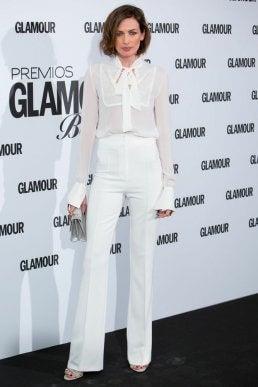 Look con accesorios plateados, pantalón blanco y blusa blanca