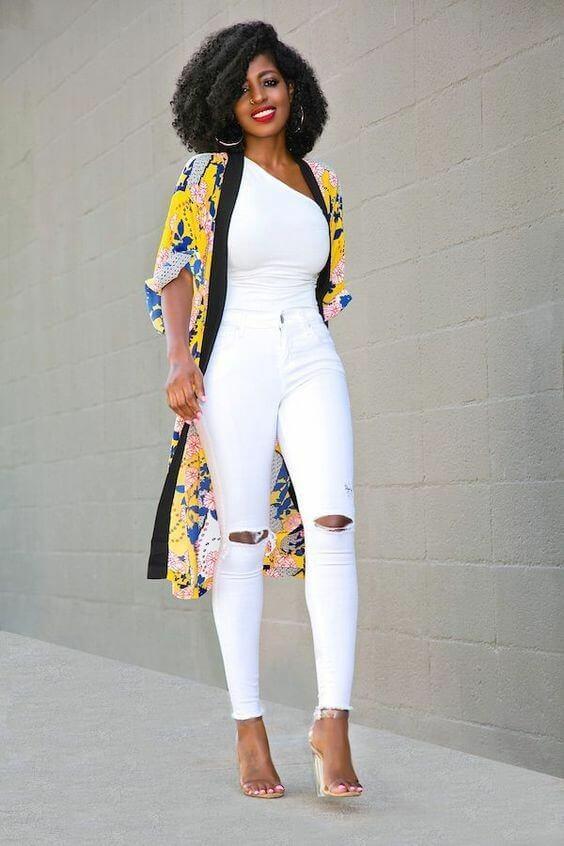 Pantalón blanco y blusa blanca con kimono colorido y sandalias transparentes.