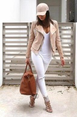 Look con accesorios nude, pantalón blanco y blusa blanca