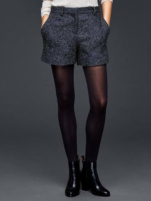 Conjunto de shorts con medias panties y botas.