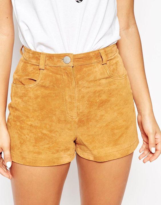 Conjunto de pantalones cortos color mostaza en tejidos densos.
