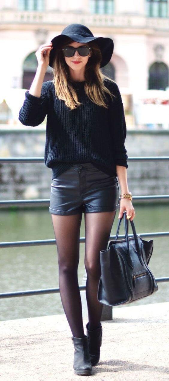 Chica con pantalones cortos total black look.