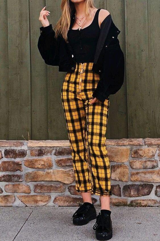 Look con pantalones de cuadros amarillo y negro.