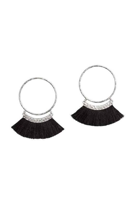 Pendientes de aro con flecos negros.