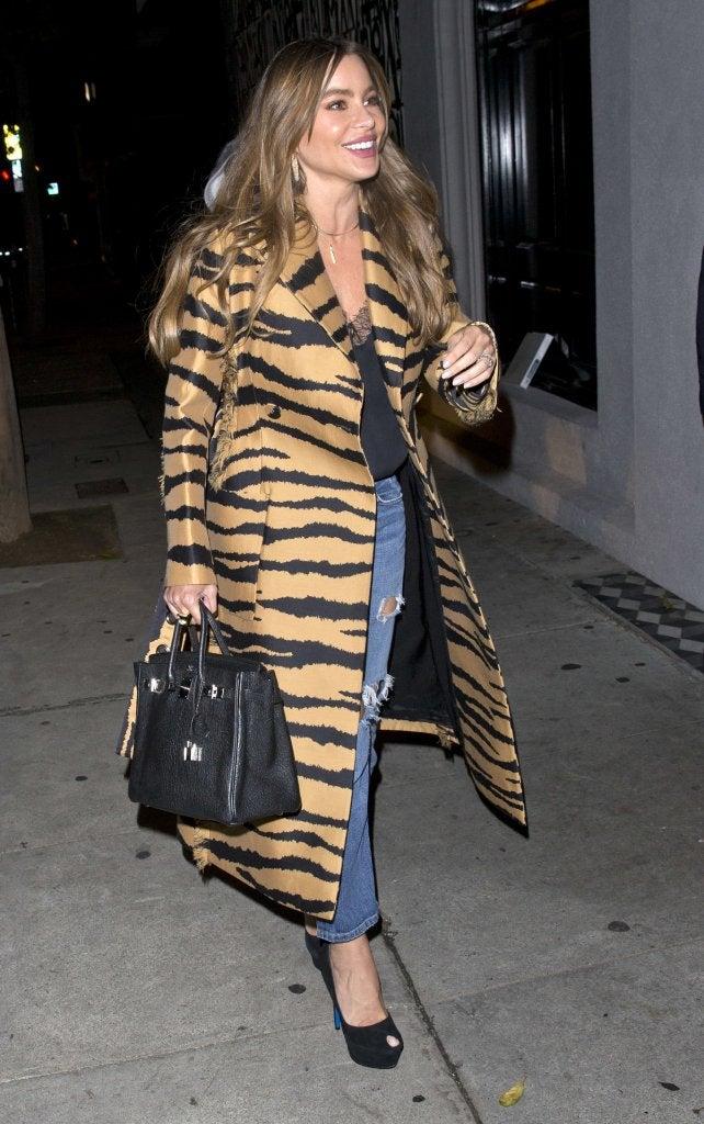Sofía Vergara con un abrigo largo de estampado animal.