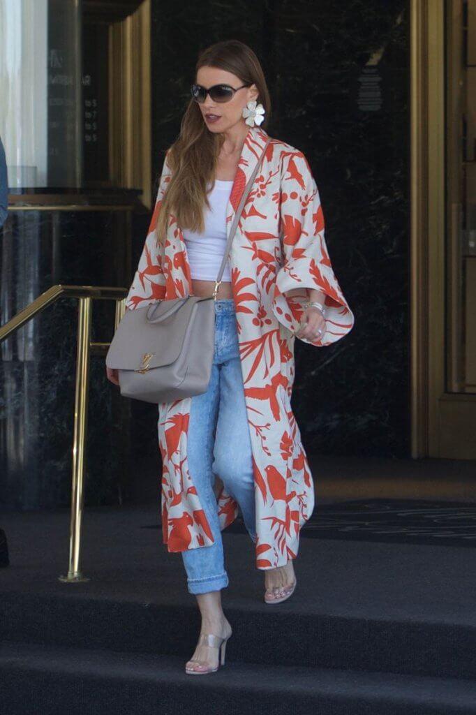 La actriz colombiana luciendo un kimono largo y pendientes maxi de flores.